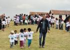 Sergio Rozzi con bambini comunità Chiara e Vischongo